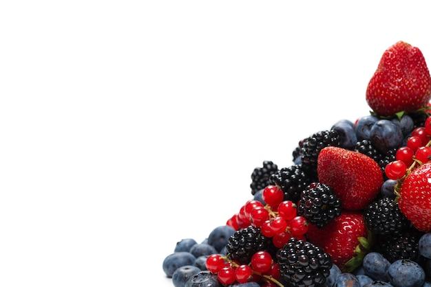 Jeżyna, malina, jagoda, czerwona porzeczka na białym tle. widok z góry.