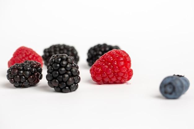 Jeżyny, maliny i jagody na białym tle