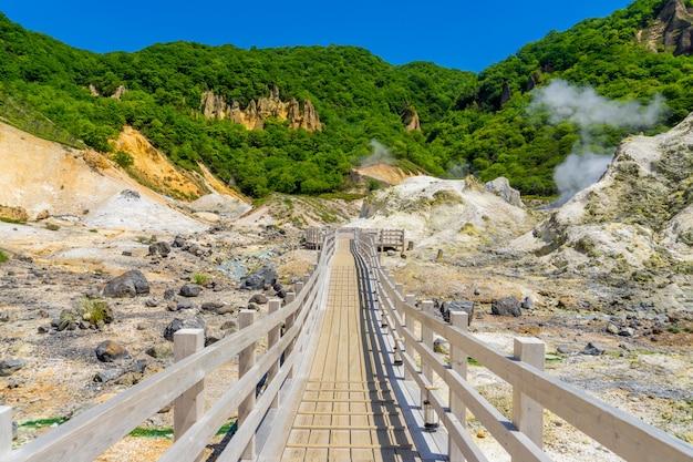 Jigokudani dolina i niebieskie niebo w lecie, noboribetsu, hokkaido, japonia
