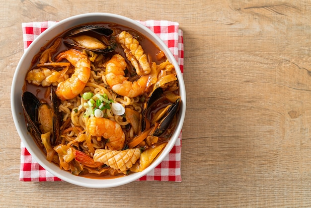 Jjamppong - koreańska zupa z makaronem z owocami morza - koreańskie jedzenie