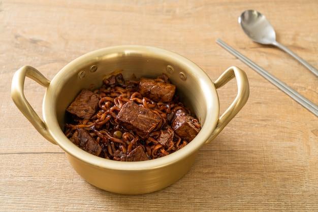 Jjapaguri lub chapaguri, koreańska czarna fasola pikantny makaron z wołowiną. koreański styl jedzenia