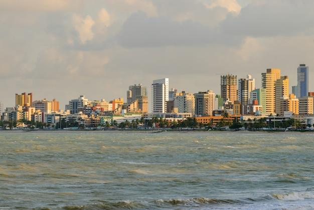 Joao pessoa, paraiba, brazylia, 01 października 2007. widok na plażę manaira i budynki.