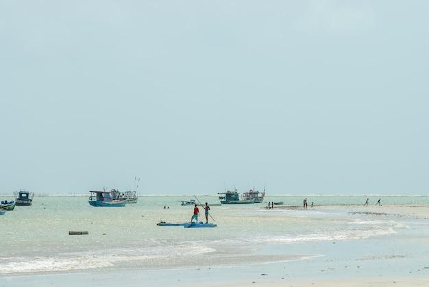 Joao pessoa, paraiba, brazylia, 24 października 2007 r. plaża tambau, łodzie rybackie.
