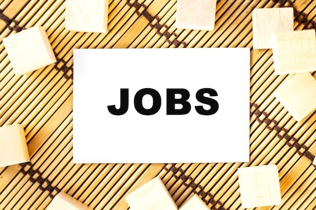 Jobs słowo na drewnianych kostkach. koncepcja drewniane pudełko na pięknym drewnianym tle