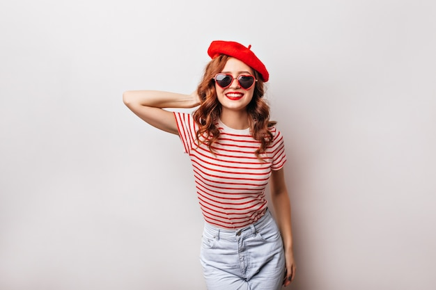 Jocund francuska dziewczyna z ładny uśmiech pozowanie. kryty ujęcie romantycznej rudowłosej pani w berecie.