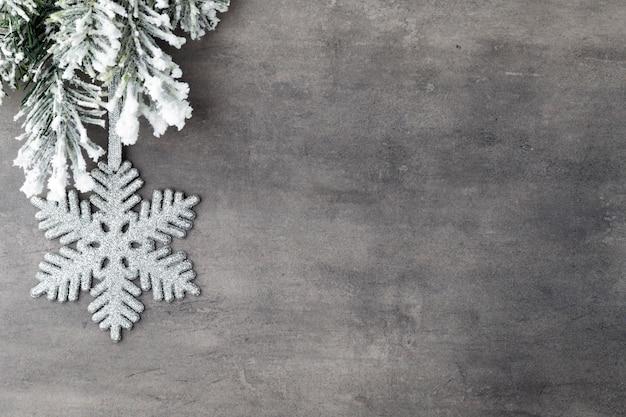 Jodła pokryta śniegiem na szarej desce