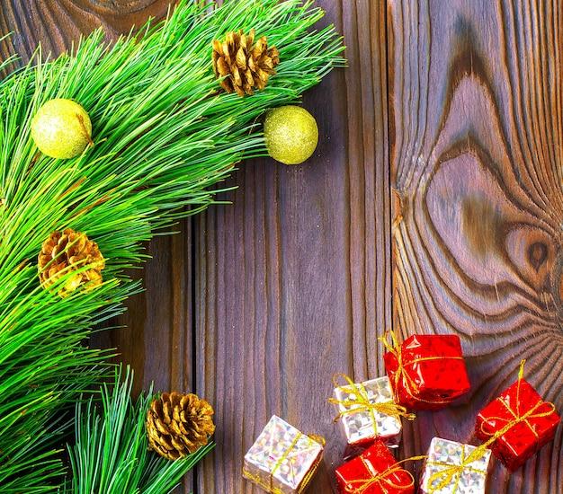 Jodła z zabawkami i prezentami na brązowym tle drewnianych