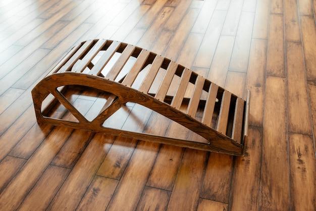Joga drewniana ławka backbend w studio do wykonywania ćwiczeń rozciągających