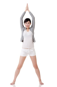 Joga dziewczyna z azji, portret pełnej długości na białym tle.