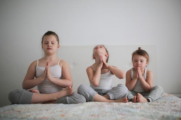 Joga emocjonalna zabawa dla dzieci, koncepcja dzieciństwa