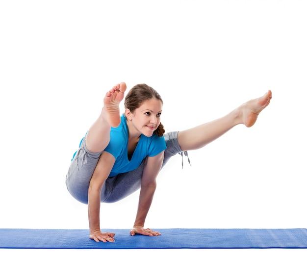 Joga - młoda piękna kobieta robi joga asany ćwiczeniu odizolowywającemu