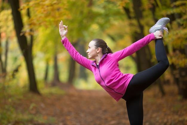 Joga na świeżym powietrzu: pan stwarzających taniec
