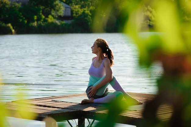 Joga w parku, na zewnątrz z efektem świetlnym, kobieta zdrowia, kobieta jogi. pojęcie zdrowego stylu życia i relaksu