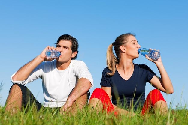 Jogger para odpoczywa wodę pitną i