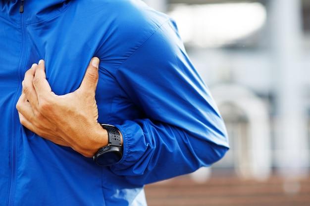 Jogging bieganie sportowiec mężczyzna o ból w klatce piersiowej podczas ćwiczeń - zawał serca na świeżym powietrzu. lub ciężkie ćwiczenia powodują, że organizm szokuje chorobę serca. może zagrażać życiu. koncepcja opieki zdrowotnej.