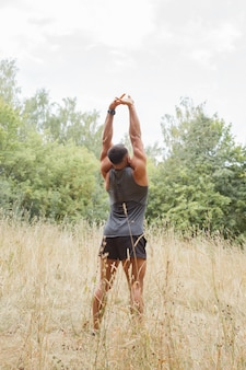 Jogging w lesie. atleta biega po lesie.