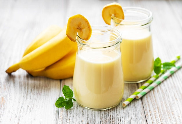 Jogurt bananowy i świeże banany