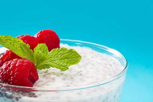 Jogurt chia z malinami na niebiesko