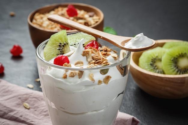 Jogurt grecki z kiwi na czarnej kamiennej płycie
