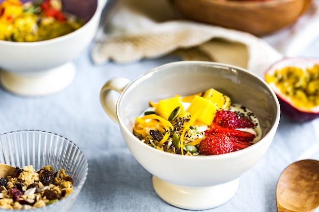 Jogurt grecki z nasionami mango, muesli i chia