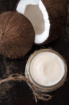 Jogurt kokosowy i kokos. wegański jogurt. dieta ketonowa.