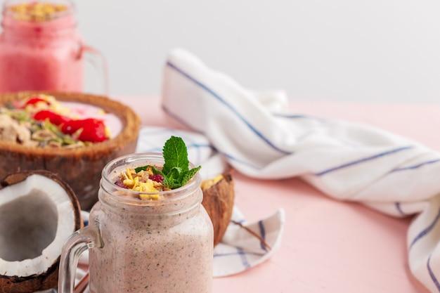 Jogurt kokosowy zwieńczony granola w stylu paleo bez zbóż, wyprodukowana z mieszanych orzechów