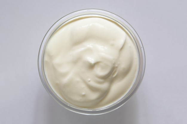 Jogurt lub kwaśna śmietana w szklanej misce