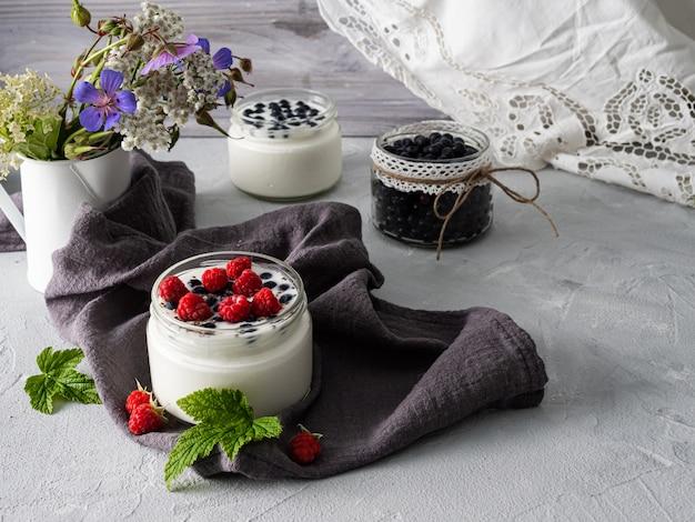 Jogurt mleczny z jagodami, malinami, detox. skopiuj miejsce.