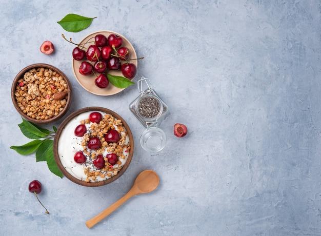 Jogurt naturalny fermentowany z ziarnami chia granola i świeżą wiśnią