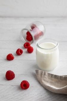 Jogurt o wysokim kącie i maliny