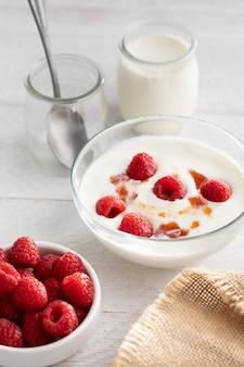 Jogurt o wysokim kącie z malinami