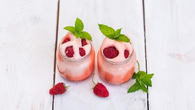 Jogurt poranny w naturze z dodatkiem jagód i mięty.