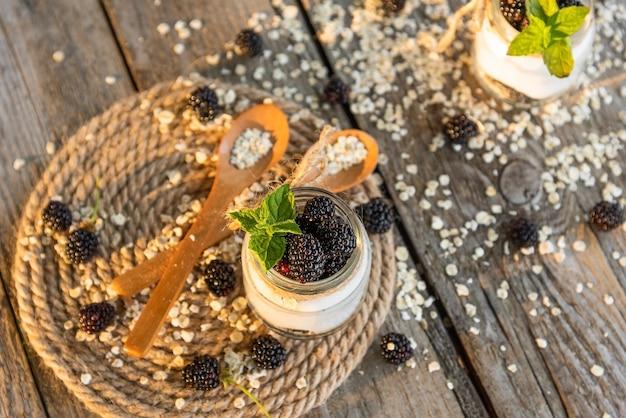 Jogurt poranny z dodatkiem dojrzałych jeżyn.