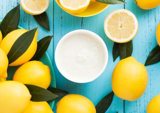 Jogurt śniadaniowy o smaku cytryny z surowymi cytrynami