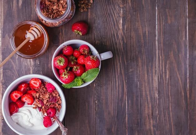 Jogurt śniadaniowy z muesli i truskawkami