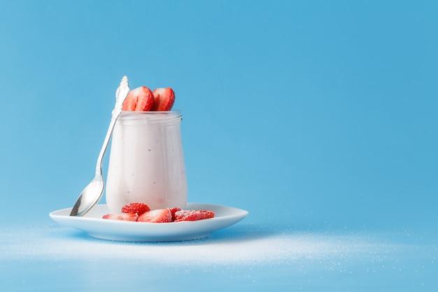 Jogurt truskawkowy ze świeżymi truskawkami