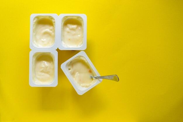Jogurt w filiżankach i jednej łyżce