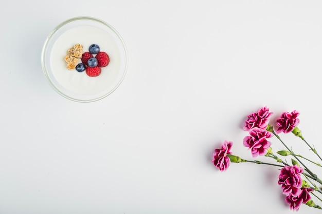 Jogurt w pobliżu kwiatów