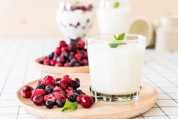 Jogurt z jagodami mieszanymi