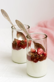 Jogurt z muesli i truskawkami.