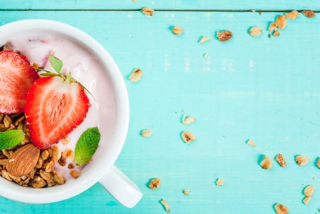 Jogurt z muesli, orzechami i świeżą truskawką