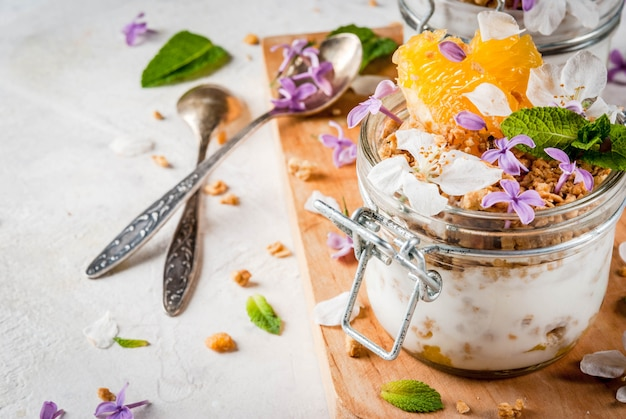 Jogurt z muesli, pomarańczy, mięty i jadalnych kwiatów