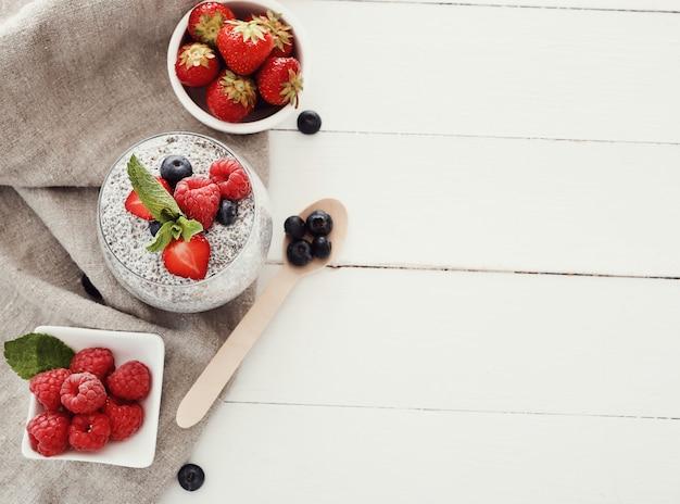 Jogurt z nasionami chia i jagodami w szkle