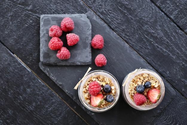 Jogurt z płatkami owsianymi i jagodami w szklankach