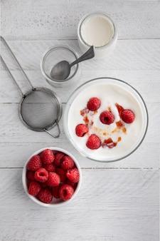 Jogurt z widokiem z góry z malinami