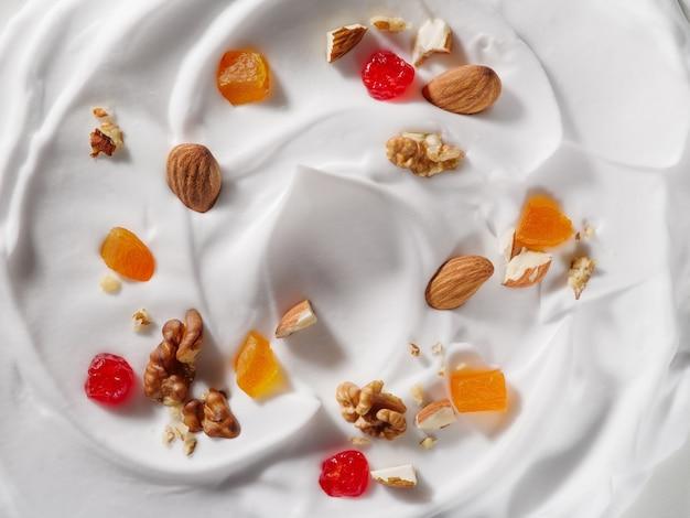 Jogurt z żurawiną z migdałami i mango w tle koncepcja na projekt opakowania