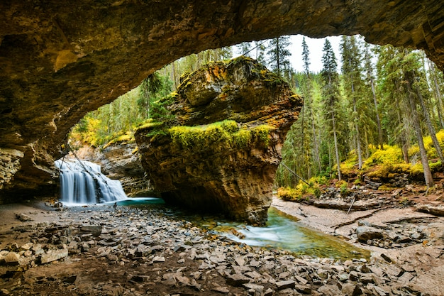 Johnston jar spada w banff parku narodowym, alberta, kanada