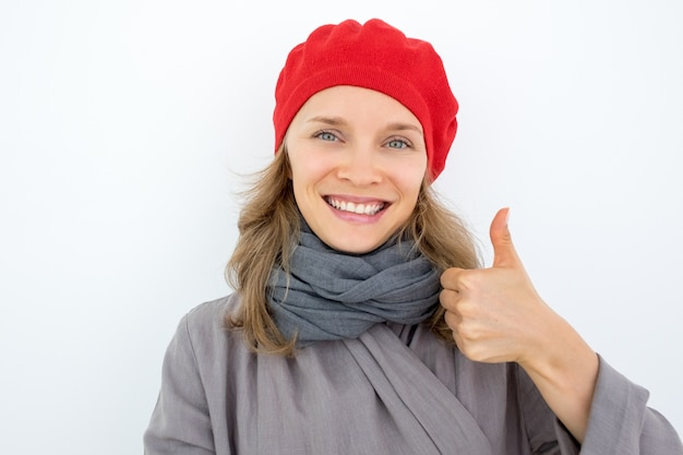 Jolly młoda kobieta francuskiego wyrazu zatwierdzenia
