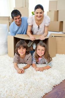 Jolly rodzina bawi się pudełkami