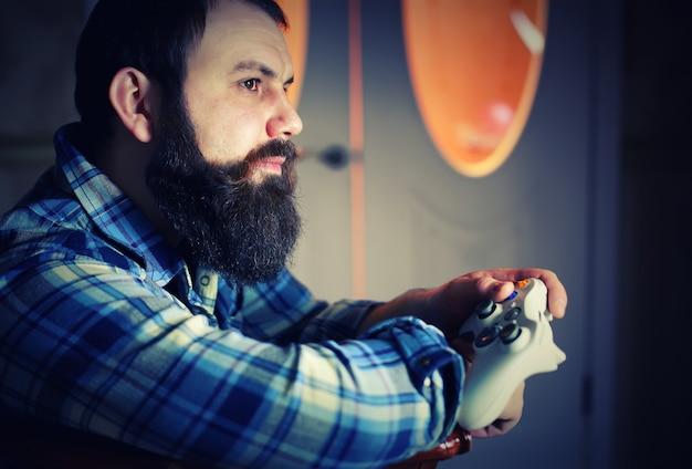 Joystick z brodą mężczyzny
